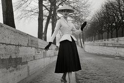 Fyrsta tískusýning Christian Dior einkenndist af kjólum og jökkum sem aðþrengdir voru við mittið. Þetta …