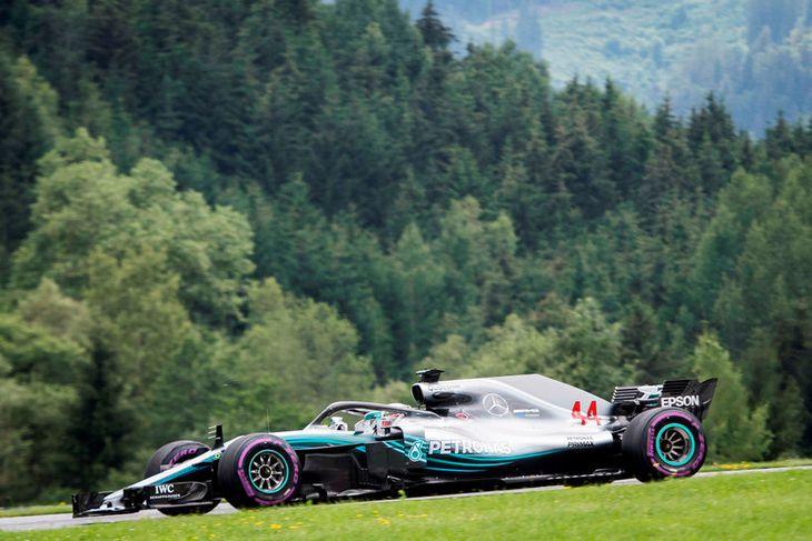 Lewis Hamilton á ferð á seinni æfingunni í Steyrufjöllum í Austurríki í dag.