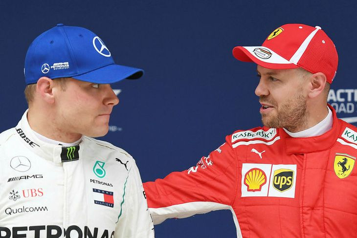 Sebastian Vettel (t.h.) spjallar við Valtteri Bottas eftir tímatökuna í Sjanghæ.