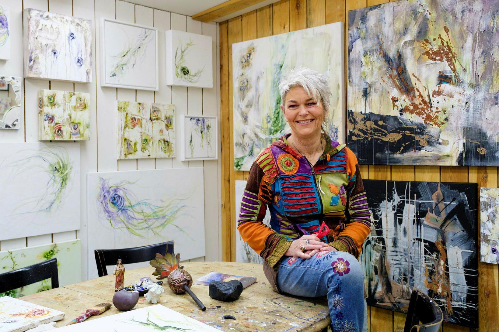 Helga Birgisdóttir listakona á verkstæðinu sínu heima.