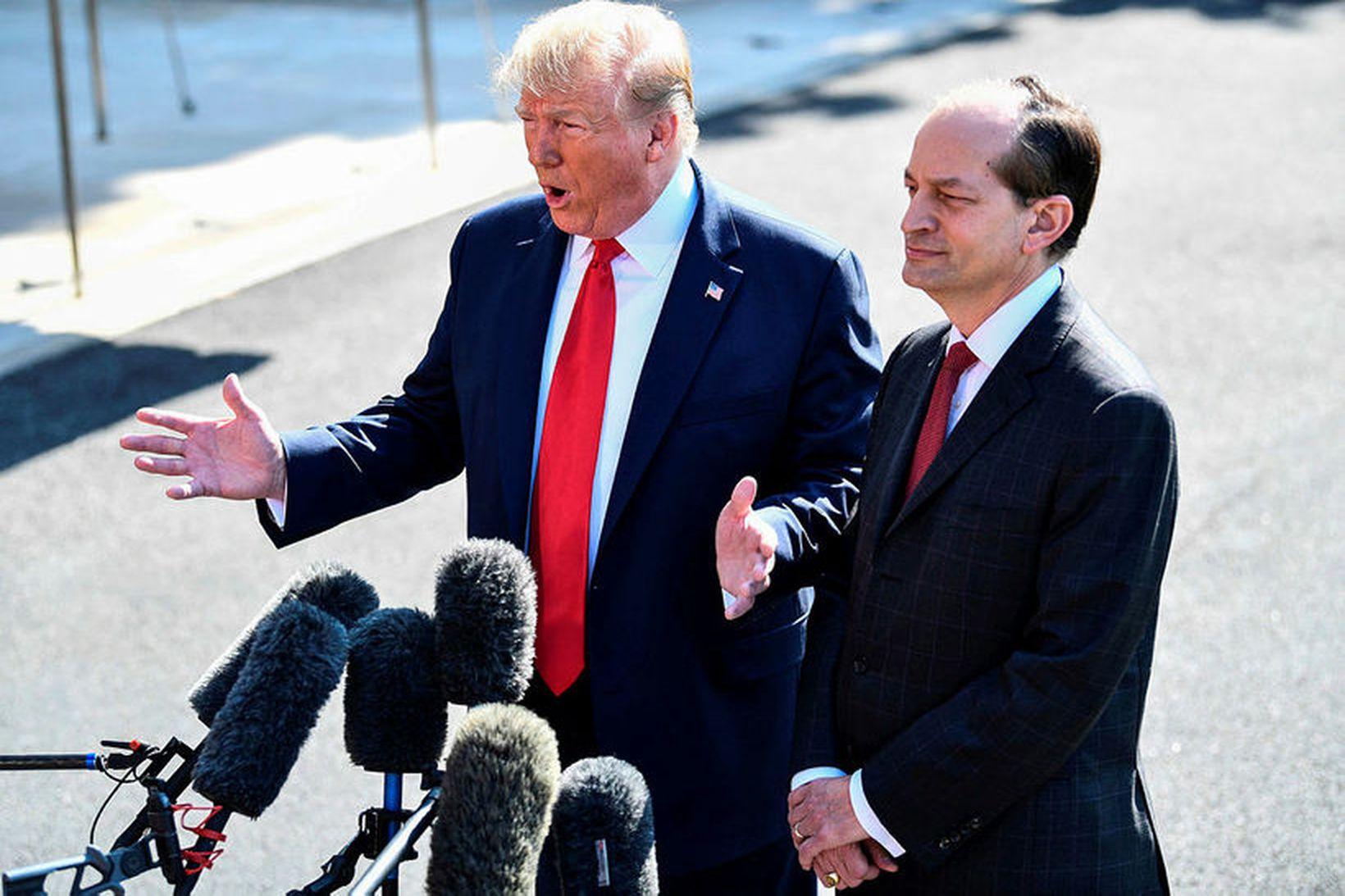 Donald Trump og Alexander Acosta við afsögn hins síðarnefnda í …