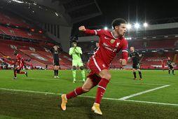 Curtis Jones fagnar marki sínu fyrir Liverpool í kvöld.
