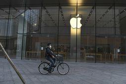 Maður hjólar fram hjá Apple-búðinni í Peking fyrr í þessum mánuði. Öllum 42 verslunum Apple …