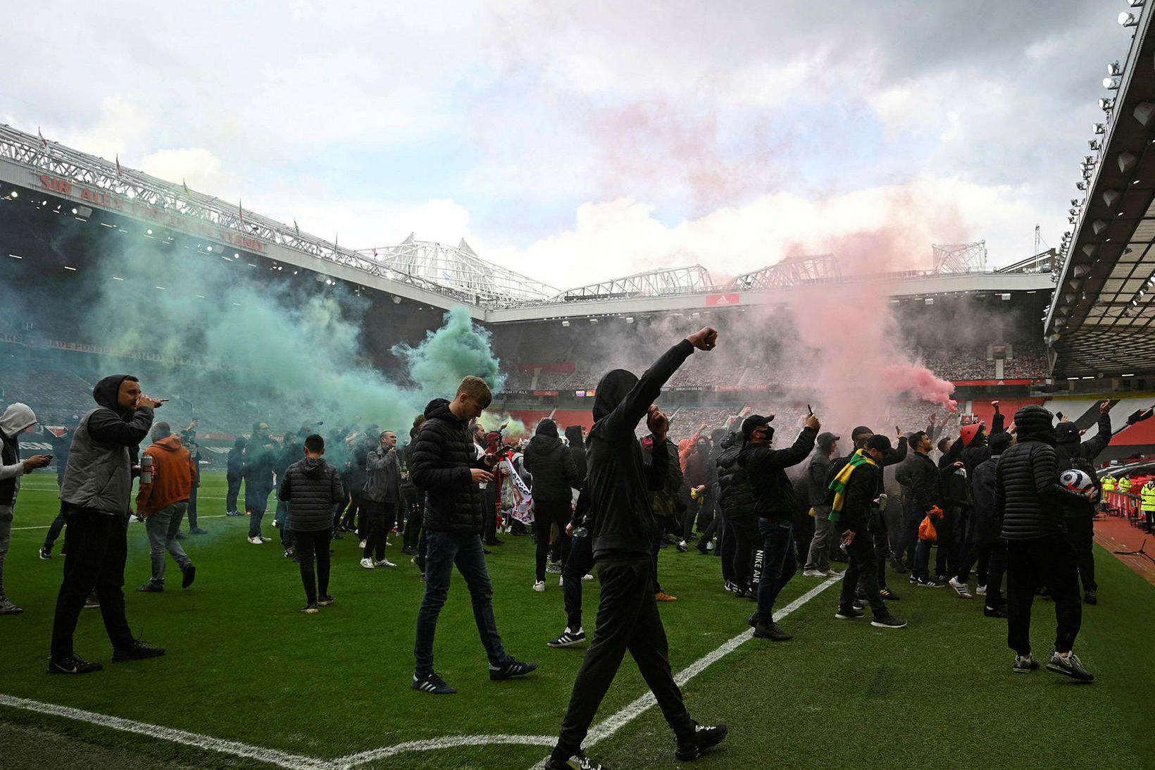 Stuðningsmenn Manchester United mótmæla á Old Trafford í dag.