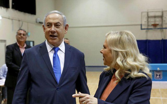 Benjamin Netanyahu á kjörstað ásamt eiginkonu sinni Söru Netanyahu.