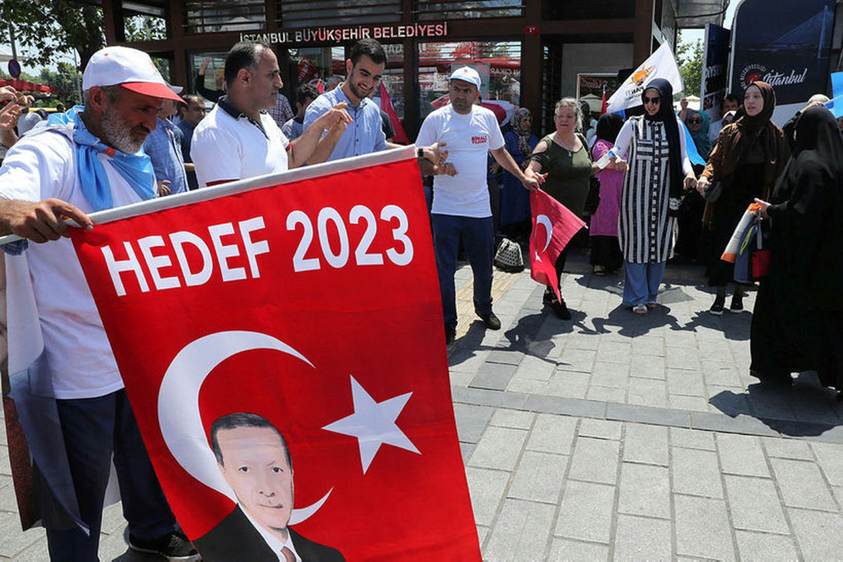 Stuðningsmenn AKP-flokks Erdogans dansa og tralla á götum Istanbúl í …