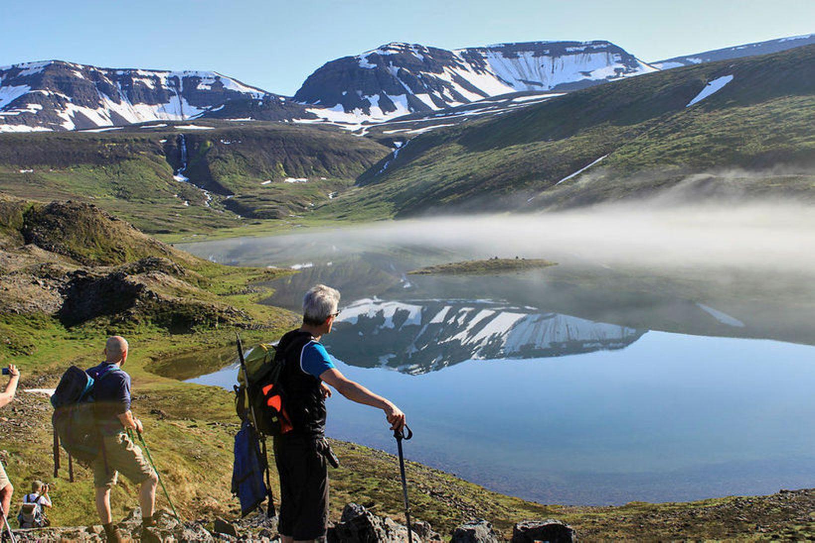 Tungudalsvatn. Tungudalur gengur inn af Stíflu í Fljótum. Yfirborð vatnsins …