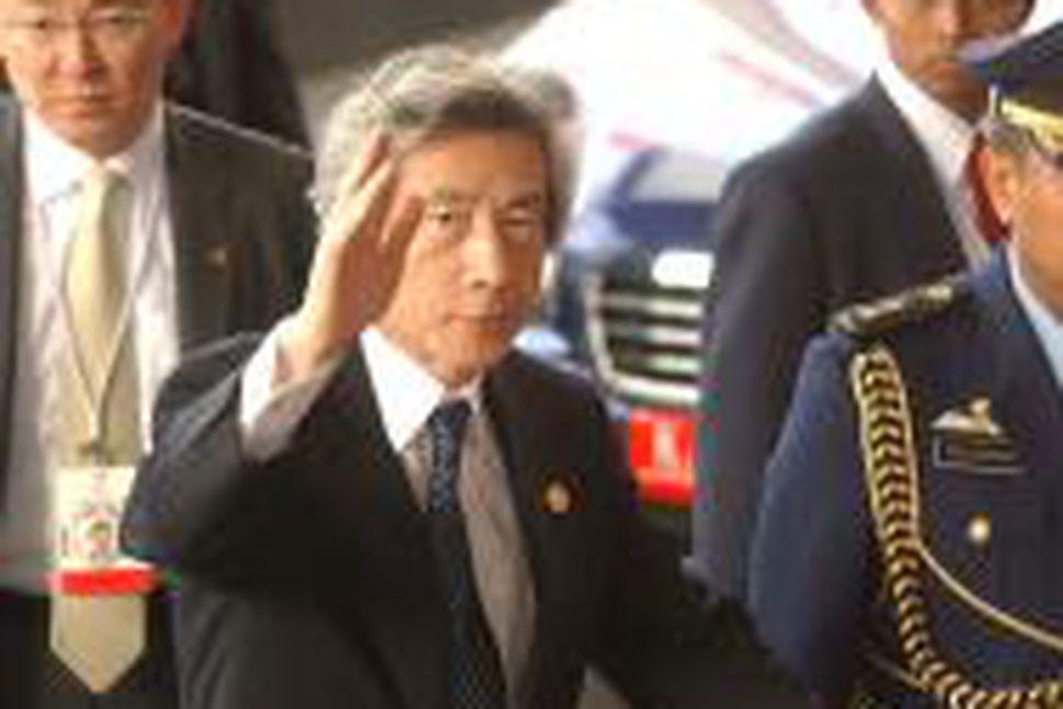 Junichiro Koizumi, forsætisráðherra Japans, við komuna til Jakarta í morgun.