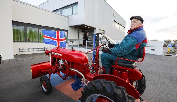 Mætti á traktor á kjörstað