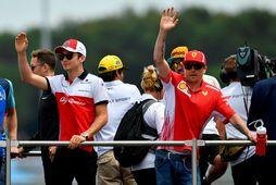 Kimi Räikkönen (t.h.) og Charles Leclerc (t.v.) veifa áhorfendum á heiðurshring ökumanna í franska kappakstrinum …
