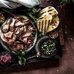 Grillað lamba-shawarma með vorlaukssósu og agúrkusalati
