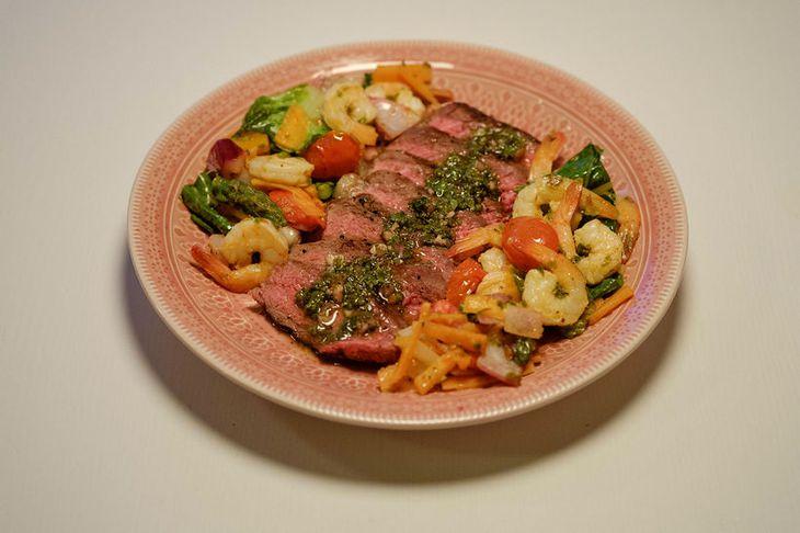 Steikin er svo skorin lekkert á disk og borin fram með salatinu.