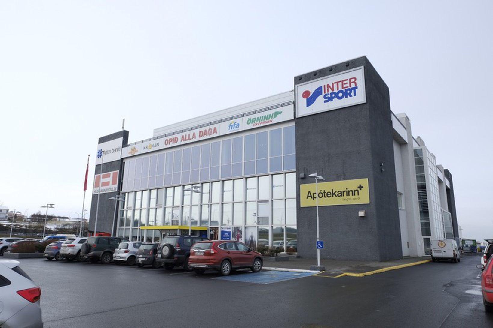 Maðurinn áreitti fólk í verslunarkjarnanum á Höfða.