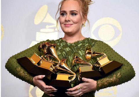 Nýja lagið Easy on me er nú það lag sem hefur fengið mesta streymi einum degi í sögu Spotify. Adele sló þannig met BTS sem var aðeins nokkurra mánaða gamalt.  Einnig voru 34 milljónir sem stilltu inn á YouTube til að horfa á myndabandið við lagið.