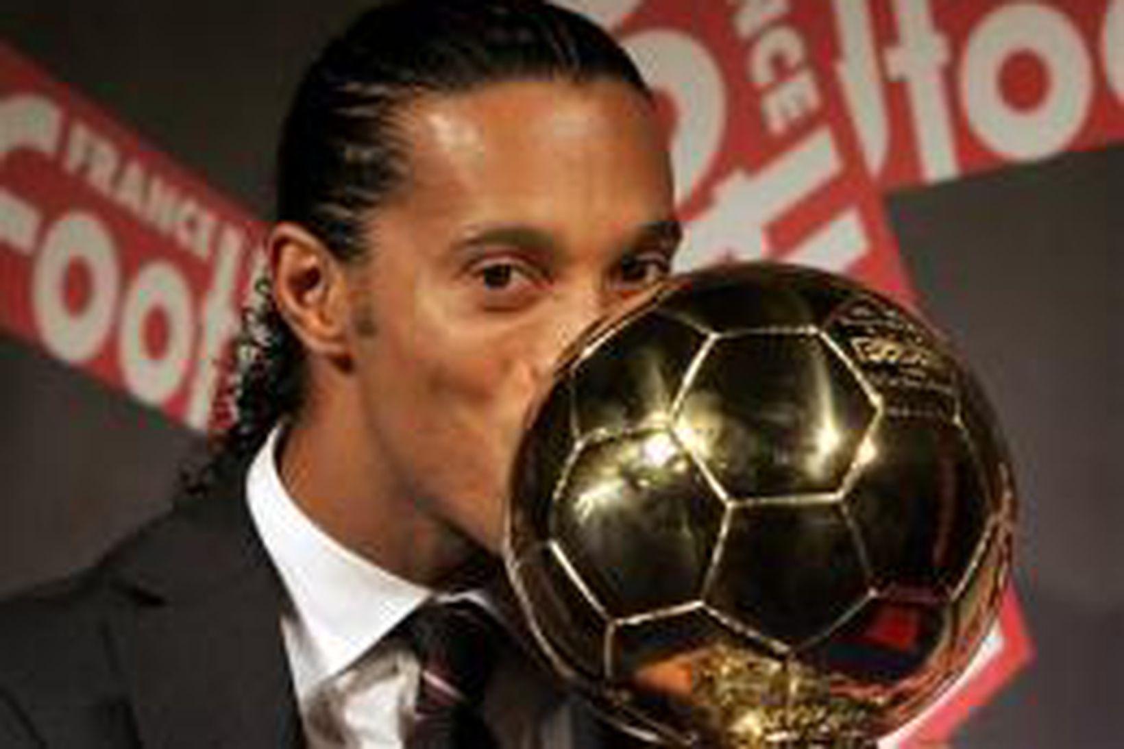 Ronaldinho kyssir gullna knöttinn sem fylgdi nafnbótinni.