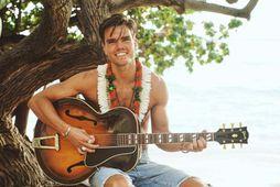 Jökull með gítarinn á Hawaii.
