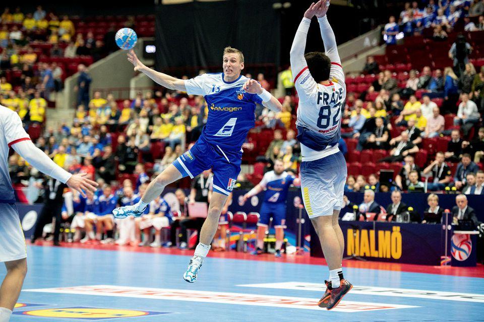 Ólafur Andrés Guðmundsson lyftir sér upp fyrir utan teig.