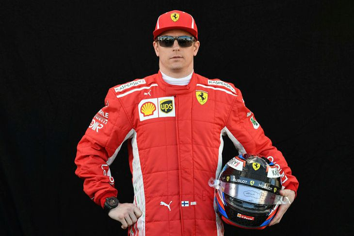 Kimi Räikkönen hjá Ferrari með hjálm sinn í Melbourne.
