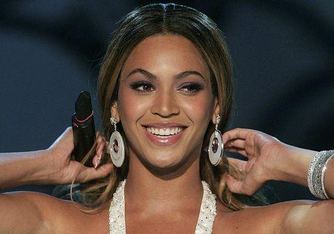 Svo virðist sem litur húðar Beyoncé hafi verið gerður ljósari í nýrri auglýsingu frá Tiffany & Co.