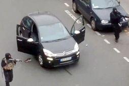 Árásarmennirnir í París báru Kalashnikov árásarriffla.