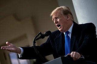 Donald Trump Bandaríkjaforseti tilkynnti um neyðarlögin úr Rósargarðinum við Hvíta húsið í gær.