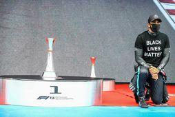Lewis Hamilton kraup á hné við opnunarhátíðina fyrir kappaksturinn á sunnudaginn.