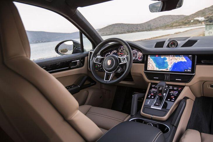 Athafnarými ökumanns í Porsche Cayenne er allt til fyrirmyndar og þægindi hans og farþega sem ...