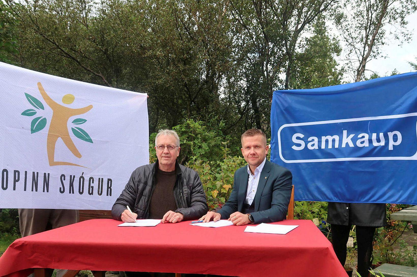 Jónatan Garðarsson, formaður Skógræktarfélags Íslands (t.v.) og Gunnar Egill Sigurðsson, …