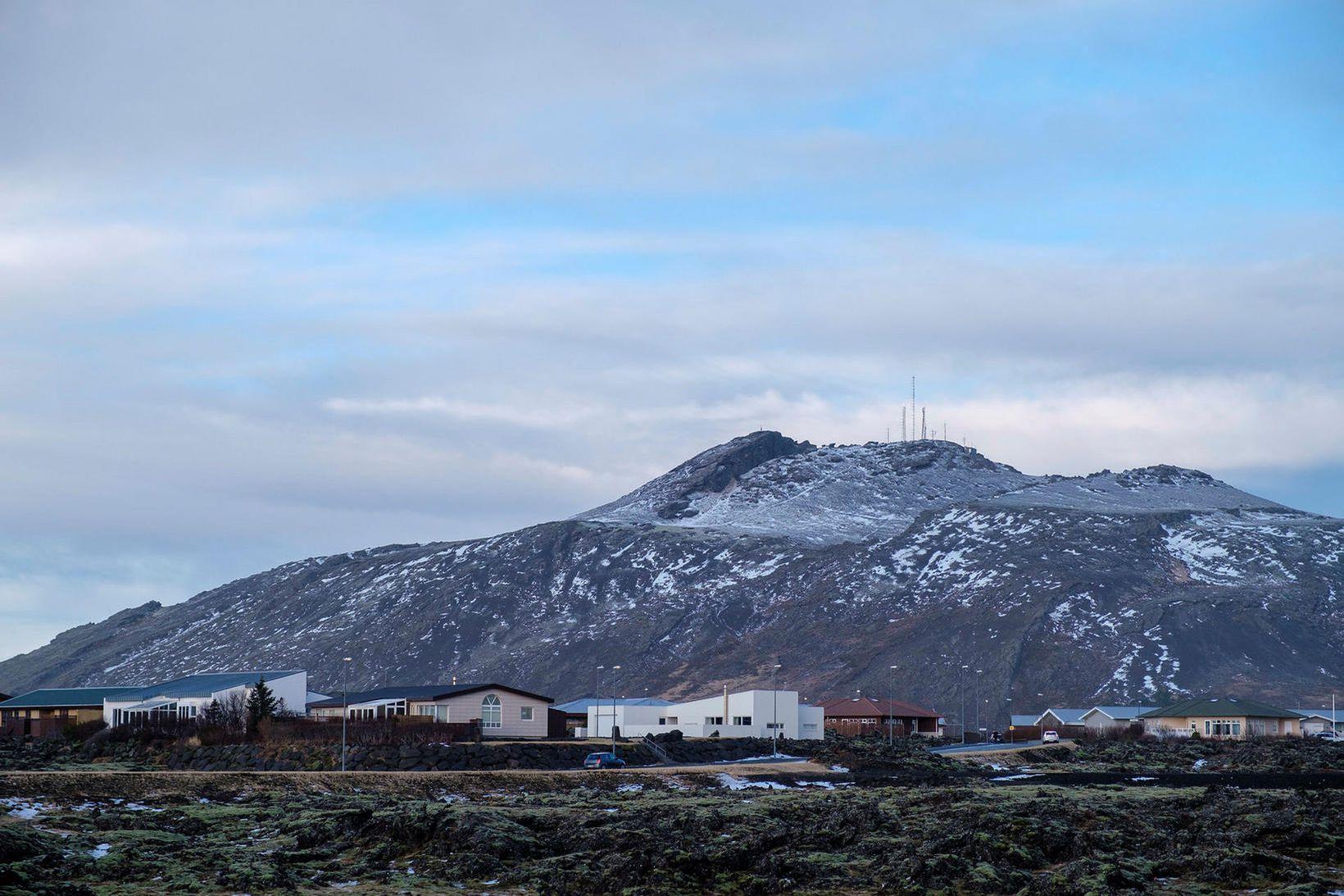Þorbjörn gnæfir yfir Grindavíkurbæ.