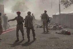 Skjásot úr jemensku sjónvarpi sem sýnir öryggissveitir stjórnarhersins flýta sér á árásarstað í borginni Aden. …