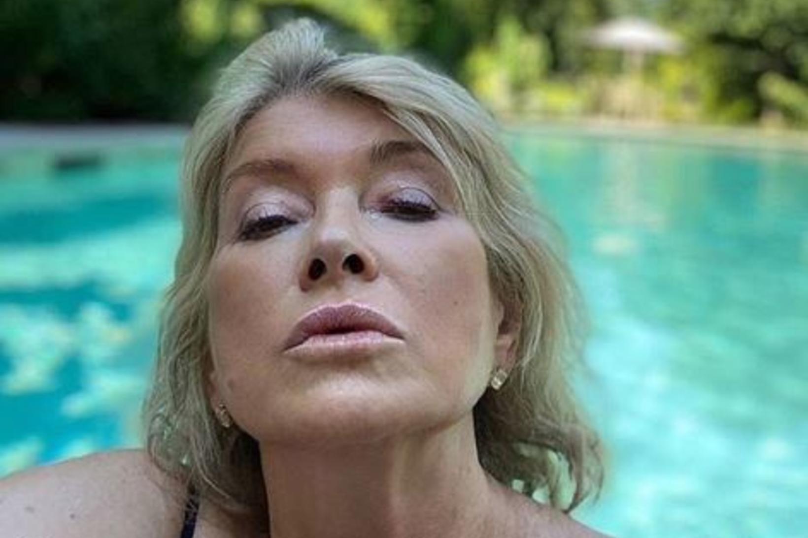 Martha Stewart birti ögrandi mynd af sér í sundi.