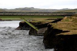 Flóðið hefur skolað undan eystri stöpli Eldvatnsbrúarinnar.