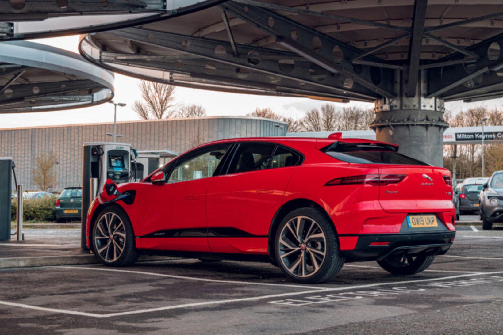 Jaguar I-Pace við rafhlöðu.
