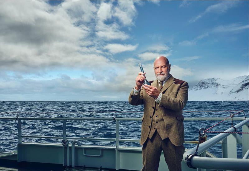 Egill Ólafsson, in the role of Father Fishmas.