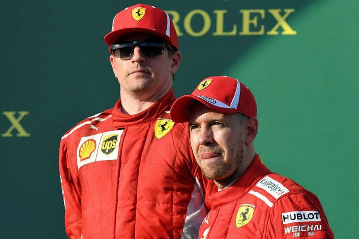 Sebastian Vettel (t.h.) segir þá Kimi Räikkönen þurfa ná meiri hraða úr Ferrarifáknum til að ...