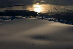 Sigketill hefur myndast í öskju Öræfajökuls. Horft er til suðurs og er Ingólfshöfði í baksýn.