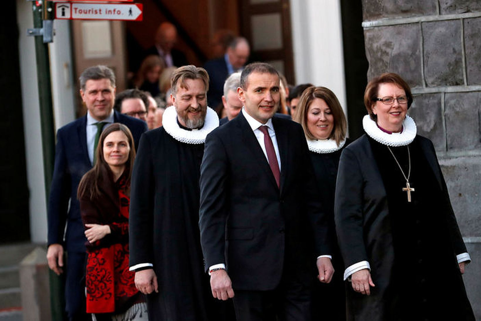 Arna Grétarsdóttir, sóknarprestur á Reynivöllum sést hér á milli forseta …