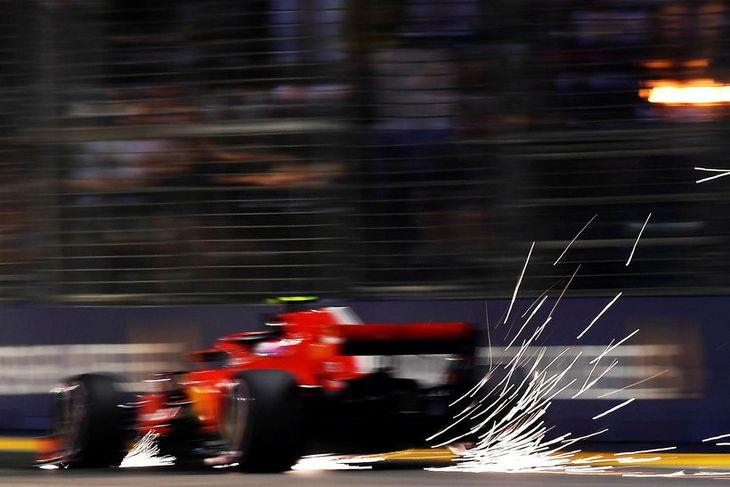 Kimi Räikkönen á grimmri keyrslu á seinni æfingu dagsins. Neistaflug undir bílnum öllum.