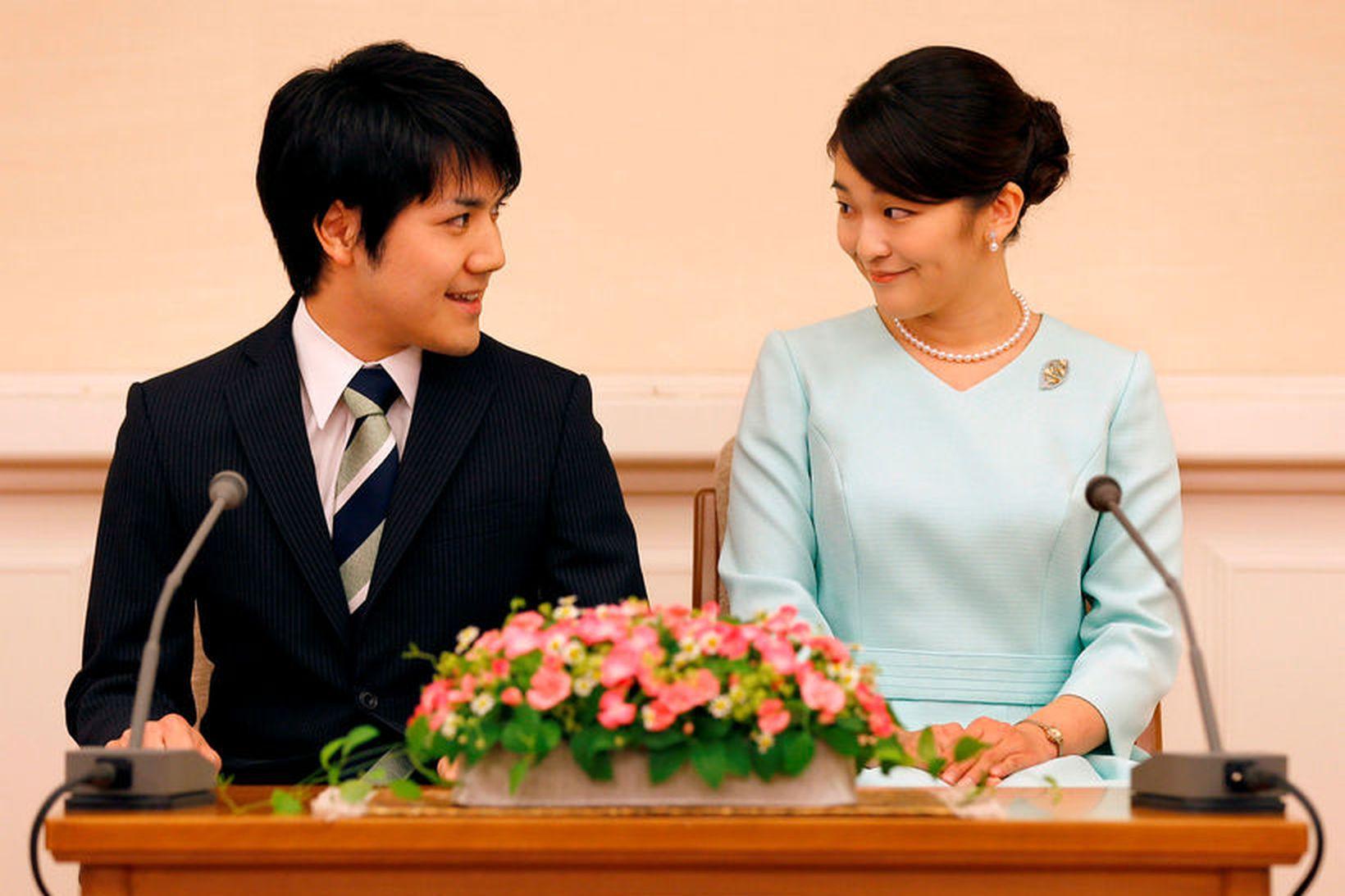 Kei Komuro og prinsessan Mako, elsta barnabarn Akihito Japanskeisara, frestuðu …