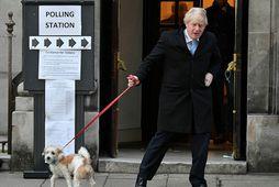 Boris Johnson, forsætisráðherra Bretlands og leiðtogi Íhaldsflokksins, yfirgefur kjörstað í London í morgun.