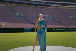 Miley Cyrus nýtur sín vel á galtómum Rose Bowl vellinum.