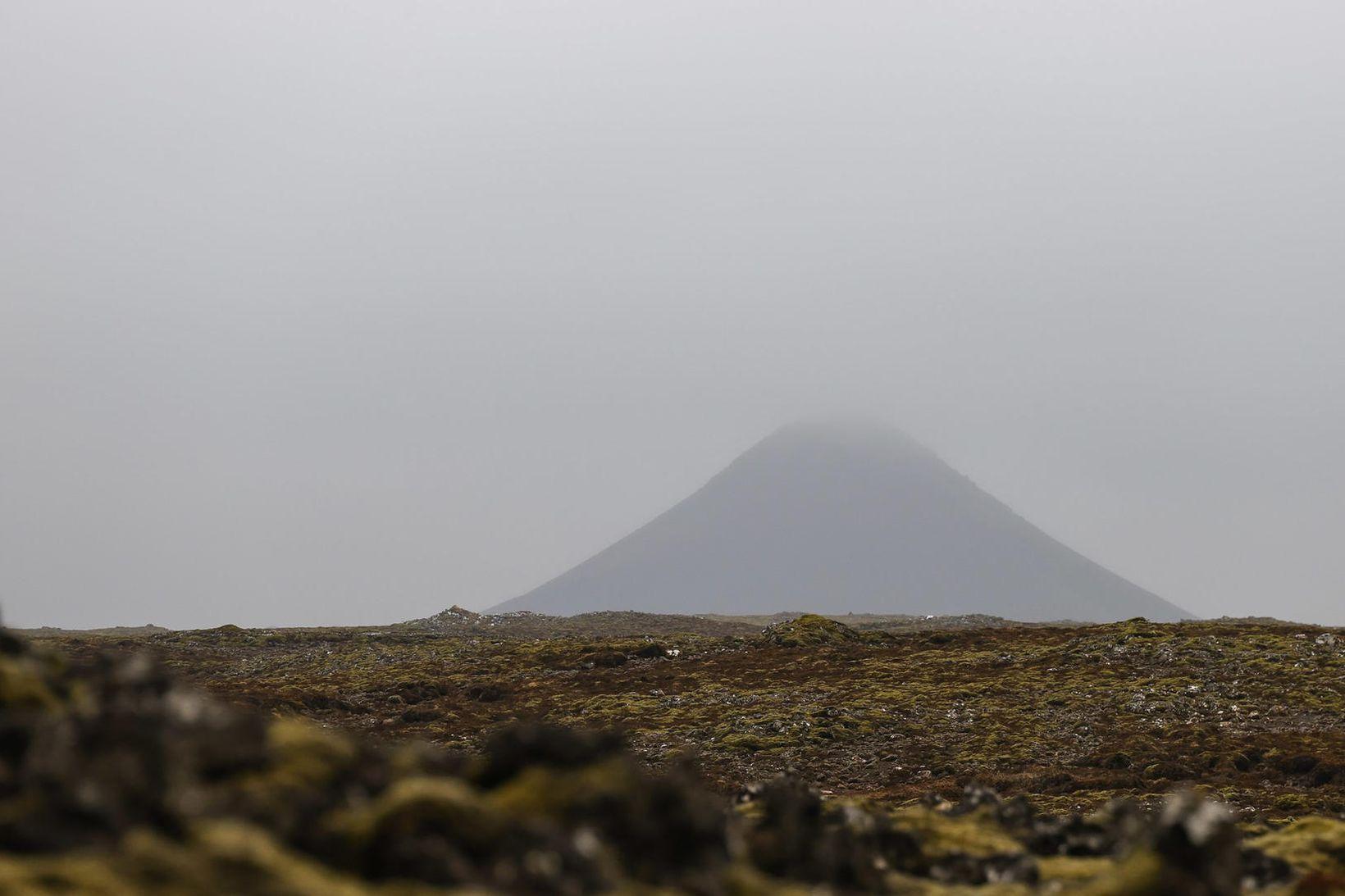 Keilir hulinn þoku. Sérfræðingar telja ólíklegt að gjósi á svæðinu …