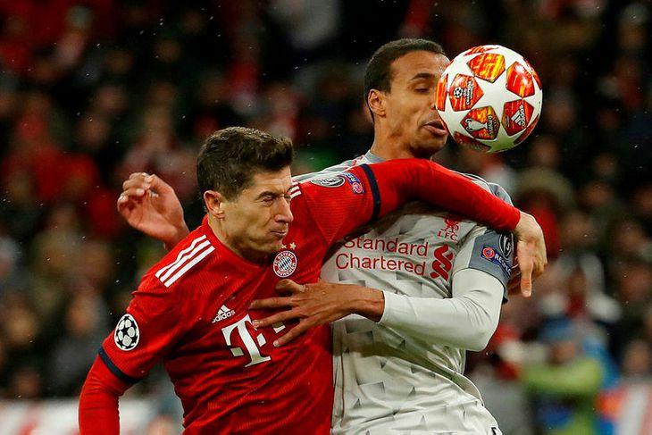 Joel Matip og Robert Lewandowski í baráttu um boltann. Matip skoraði sjálfsmark þegar Bayern jafnaði ...