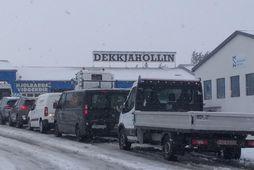 Biðröðin eftir dekkjaskiptum er löng.