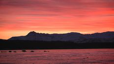 Video: Noon sunrise burns bright over Iceland's Blue Mountains
