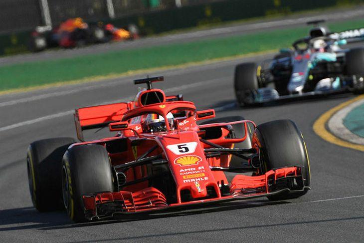 Sebastian Vettel á undan Lewis Hamilton á lokahringjunum í Melbourne í morgun.