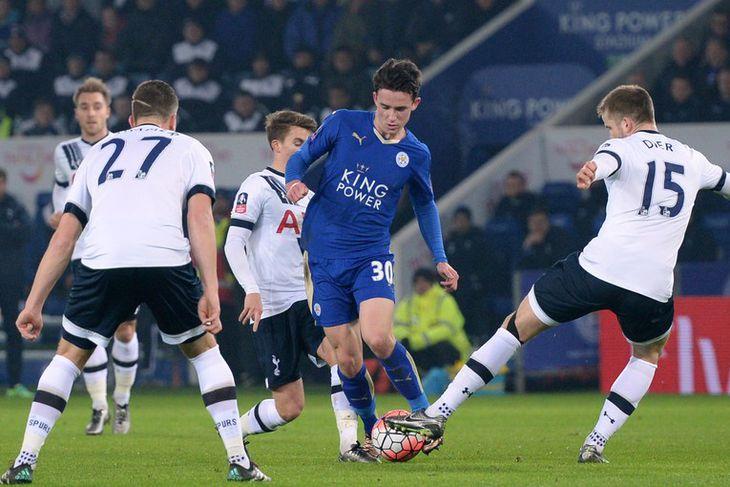 Ben Chilwell, leikmaður Leicester, umkringdur leikmönnum Tottenham í leik liðanna í kvöld.