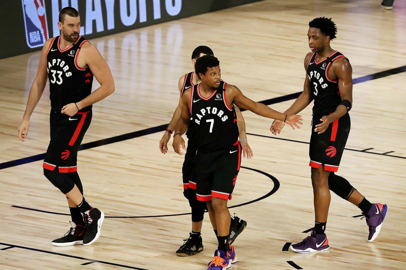 Leikmenn Toronto Raptors fagna sigri eftir tvíframlengdan leik.