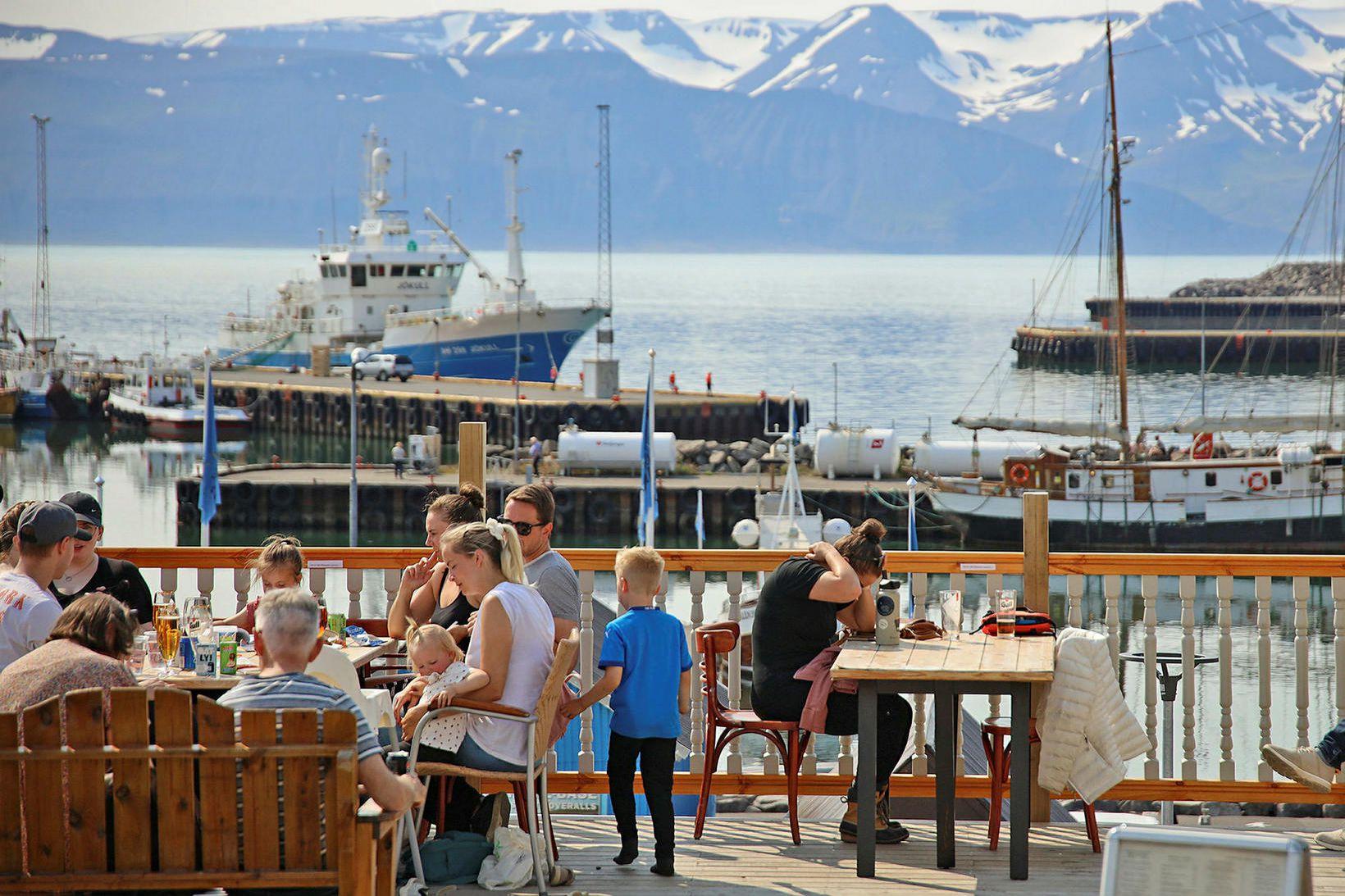 Mikil aðsókn hefur verið í veitingastaði við höfnina á Húsavík.