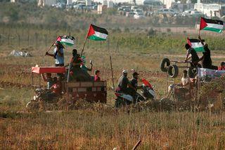 Palestínskir mótmælendur við landamærin á föstudag.